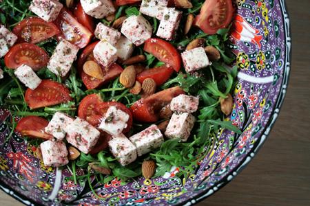 Rucolasalade met fêta, tomaat en arganolie